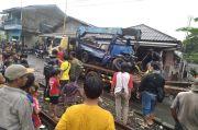 Parkir Sembarangan di Pinggir Rel, Pikap Ringsek Disambar Kereta Lokomotif di Bogor