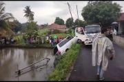 Pengemudi Ngantuk, Mobil Pejabat di Tasikmalaya Ini Nyemplung ke Kolam Ikan