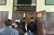 Polisi Jaga Ketat Ruangan Sidang Aktivis KAMI Jumhur Hidayat