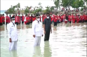 Unik dan Seru, Kades Terpilih di Kabupaten Buton Tengah Dilantik di Laut