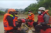 Diduga Tenggelam di Sungai Serang, Tim SAR Gabungan Cari Mbah Harto