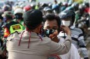 Polda Papua Bagikan Masker ke Warga Jayapura yang Beraktifitas di Luar Rumah