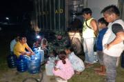 Bentuk Kepedulian, Satgas Zeni TNI AD Distribusikan Air Bersih dan Siap Minum ke Mamuju