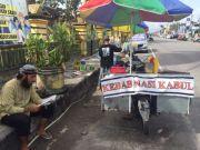 Bule Argentina Tak Malu Jualan Kebab di Pinggir Jalan, Padahal Istrinya Dokter