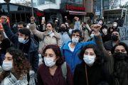 Demonstran Turki Sebar Poster Kabah dengan Bendera LGBT Picu Kemarahan