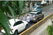 Dua Pengendara Mobil Mewah Adu Bacot di Jalan Pramuka, Netizen: Bikin Macet Aja Orang Kaya