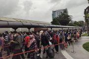 Antrean Penumpang KRL Mengular di Stasiun Tanah Abang, Petugas: Setiap Hari Begini