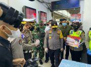 Sasar Stasiun KA Jabodetabek, Polda Metro Jaya Gencarkan Pembagian Masker Gratis