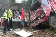 Tragis! Ayah dan Anak yang Digendongnya Tewas Ditabrak Truk yang Menabrak Kantor Balai Desa