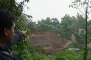 Tebing Sungai Setinggi 40 Meter Longsor, 9 Rumah Warga Terancam Hanyut