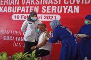 Takut Jarum Suntik, Ketua DPRD Seruyan Peluk Erat sang Istri saat Divaksin
