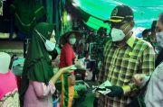 Ingatkan Warga Terkait Prokes COVID-19, Eksekutif-Legislatif Bagi Masker di Pasar Indrasari