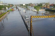 Banjir di Kaligawe Berangsur Surut, Waspadai Lubang di Median Jalan