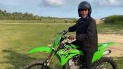 Bu Susi Pudjiastuti, Biar Makin Keren Ini Helm yang Cocok Buat Kawasaki KX 85