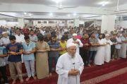Siapa yang Lebih Berhak Menjadi Imam Sholat?