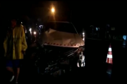 Mobil Mewah Disambar Kereta Api, 5 Korban Dievakuasi Saat Hujan Lebat