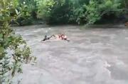 Demi Bisa Mencerdaskan Murid-muridnya, Guru di Sumba Nekat Menyeberangi Banjir