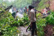 TNI-Polri Bersama Warga Bersihkan Longsor yang Menutupi Badan Jalan di Sangihe