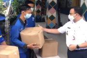 Sidak ke Manggarai, Anies Bagikan Sembako ke Petugas Pintu Air
