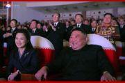 Menghilang Setahun Lebih, Istri Kim Jong-un Muncul Tersenyum