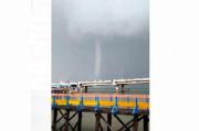 Angin Puting Beliung Terjang Pantai Kenjeran Surabaya