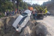 Hilang Kendali di Tikungan, Mobil Anggota Polisi Terjun ke Jurang Pondok Bulu