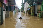 Rumah Terendam Banjir, Warga RW 04 Cipinang Melayu yang Isolasi Mandiri Diungsikan ke Lantai 2