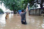 Manfaatkan Banjir, Warga Bintara Bekasi Menjala Ikan