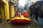 Pakai Perahu Karet, Damkar Depok Evakuasi Warga Terindikasi Covid-19