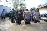 Pangdam dan Kapolda Nekat Menerobos Banjir di Titik Jebolnya Tanggul Sungai Citarum