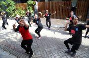 Jenuh PJJ, Puluhan Siswa SMKN 12 Surabaya Latihan Olah Tubuh di Lapangan