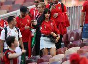 Georgina Rodriguez Kenakan Tanktop Pink saat Nonton Bola di Stadion