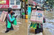 Warganet Haru Lihat Aksi Driver Ojol Terobos Banjir saat Antar Paket, Didoakan Tak Putus Rejeki