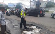 Peduli Keselamatan, Polantas Cirebon Tambal Jalan Berlubang, Aksinya Viral