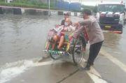 Awas Terperosok! Lubang Jalan di Pantura Semarang Tertutup Banjir