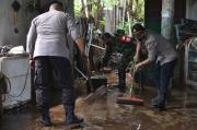 Banjir Kiriman Bromo Surut, Puluhan Personel Tim Gabungan Bantu Warga Bersih-bersih