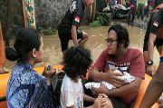 Dramatis Penyelamatan Ibu dan Bayi yang Baru Dilahirkan dari Banjir di Lumajang