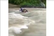 Viral Video Guru Nekad Terobos Sungai Cikidang, Bertaruh Nyawa demi Tugas