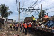 Berada di Pinggir Rel, PT KAI Daop 1 Jakarta Tertibkan Kawasan Pasar Gaplok