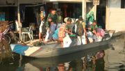 Dua Bulan Banjir Tak Surut, Pelajar Lamongan Terpaksa Sekolah Naik Perahu