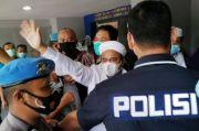 Dalam Penjara, Habib Rizieq Islamkan Dua Tahanan Ayah dan Anak