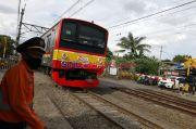 Ada Pohon Tumbang di Perlintasan Pasar Minggu-Tanjung Barat, KRL Commuter Line Mengantre