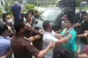 Demo Ricuh, Massa dan Petugas Saling Pukul dan Kejar-kejaran di Depan Kejati Sultra