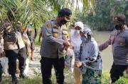 Berbagi Bansos di Pinggir Sungai, Polres Batu Bara Ingatkan Pentingnya Prokes