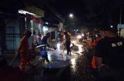 Damkar Bersihkan Lumpur Sisa Longsor di Perumahan Silah Hills Ciganjur