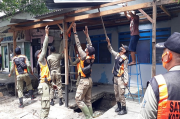 40 Bangunan Liar Penyumbat Saluran Dibongkar Pemkot Surabaya
