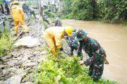 PT Semen Tonasa Gandeng TNI-Polri Bersihkan Sungai di Desa Biring Ere