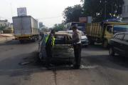Minibus Terbakar Usai Menabrak Pembatas Jalan di Karawang