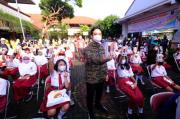 Gibran Bagikan Handphone Bantuan Mantan Wali Kota FX Hadi Rudyatmo untuk Siswa Kurang Mampu