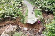 Diterjang Air Bah, Jalan Penghubung Antar Desa di Tapsel Terputus